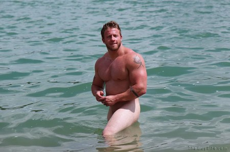 naked-swimmer-muscle