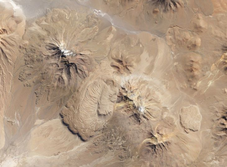between-these-two-volcanoes-in-northern-chile-is-the-chao-dacite-which-is-a-type-of-lava-dome-with-characteristic-ripples-that-form-when-exceptionally-thick-sticky-lava-flows-onto-a-steep-surface