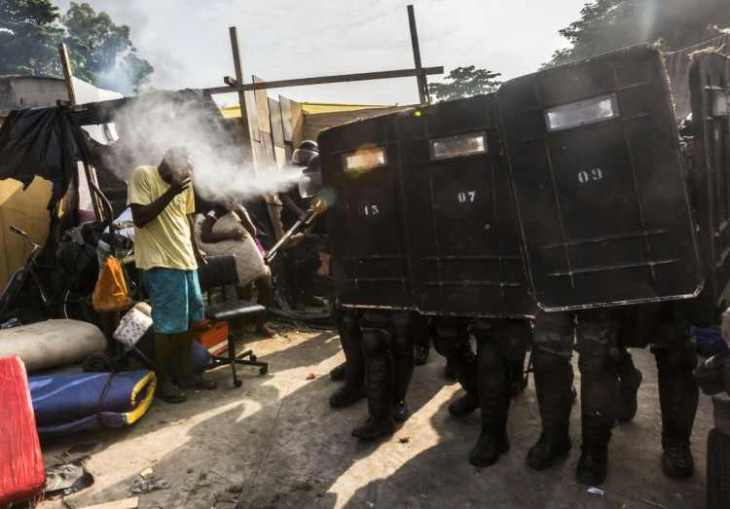on-april-11-riot-police-in-rio-de-janeiro-used-pepper-spray-to-clear-out-this-building-owned-by-a-telecommunications-company-in-the-telerj-slum-that-homeless-people-had-taken-over-750x523