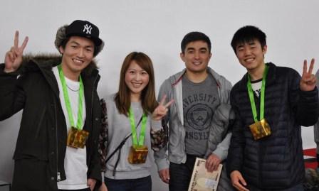 ベストスコア賞(写真右から2人目のアザマットさん/カザフスタン)とチーム優勝(庄司さん、アイリーンさん、吉田さん)に輝いたみなさん