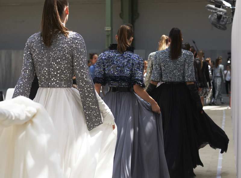 Μακριές αέρινες φούστες με κεντημένα μπολερό. Κλασικές αξίες με μια φρέσκια ματιά.