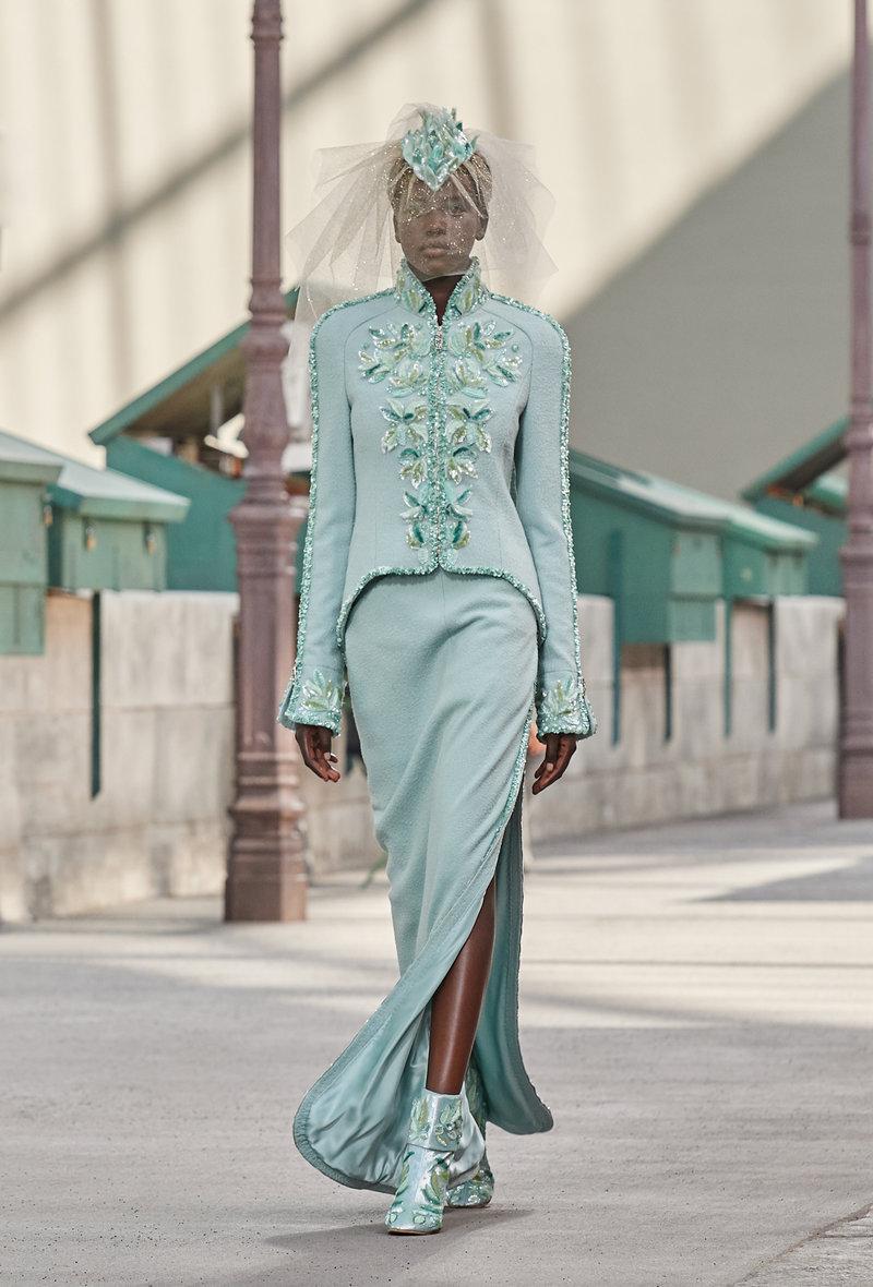 Νυφικό πρόταση από τη Chanel: Από τουίντ, σε φιστικί χρώμα, με φερμουάρ και κεντήματα.