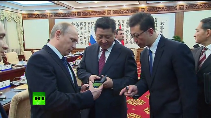 President Putin Gifting President Xi JIngping the Yotaphone 2. (Source: RT screen grab)