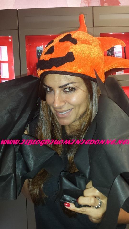 Serena Enardu in maschera per la festa di Halloween