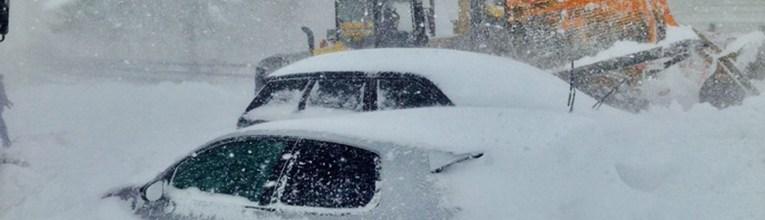 Pietransieri (L'Aquila) - auto sommerse dalla neve