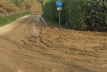 Un fiume di fango ricopre la pista ciclabile di Vallone Lebba