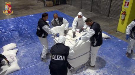 Un fermo immagine gtratto da un video diffuso dalla Polizia di Stato che ha sequestrato nel Porto di Genova 270 kg di eroina, al termine di una consegna controllata transnazionale, individuando in Olanda due componenti di una organizzazione criminale. 8 novembre 2018. ANSA/ US POLIZIA DI STATO