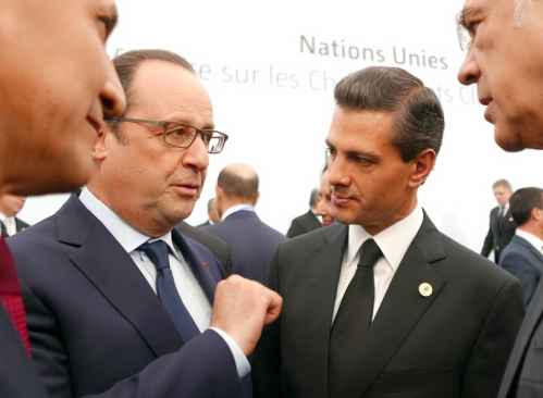 President François Hollande in discussions at COP 21