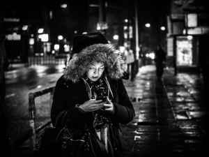 Frau, Handy, Nacht
