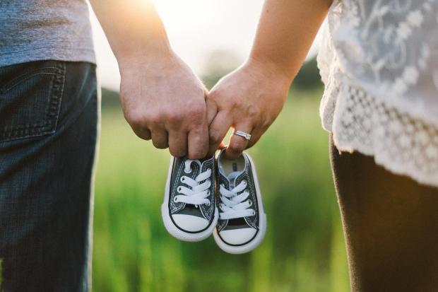 coppia in attesa mano nella mano