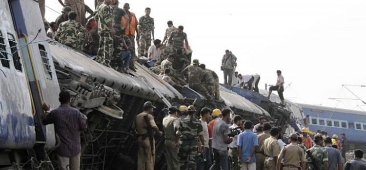 Treno passeggeri deraglia a causa di un sbotaggio, 68 persone uccise. Rivendicazione dei Maoisti