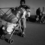 Passeggini come carrelli per la spesa. Campo di Nea Kavala, Grecia
