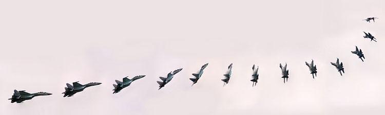 Manuver Su-35 yang memukau dalam Paris Air Show 2013.