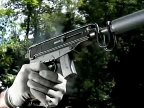 Skorpion dapat ditembakkan dengan gaya ala pistol.