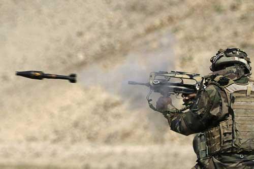 FAMAS dapat melontarkan granat dengan pola rifle granade.