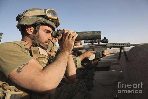 Spotter dari US Marine menggunakan teropong lensa obyektif tunggal di Afghanistan.