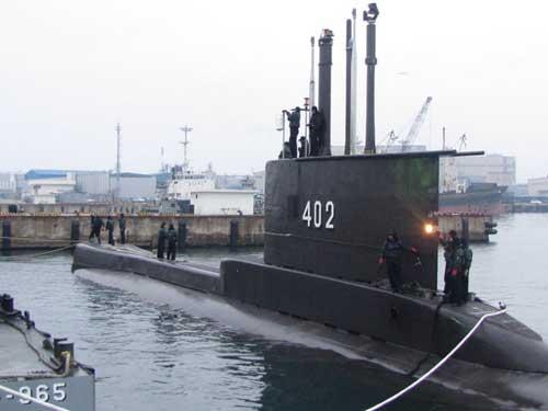 Awak Kapal Selam KRI Nanggala 402 Uji Free Escape dengan SEIE MK-10 Suite