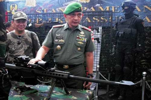 Brigjen TNI Sabrar Fadhilah menjelaskan tentang senapan sniper tipe SPR Barrett M82A1 dalam Pameran Alutsista TNI pada Sabtu (21/2) di Jogja City Mall (JCM). (foto: satuharapan.com)