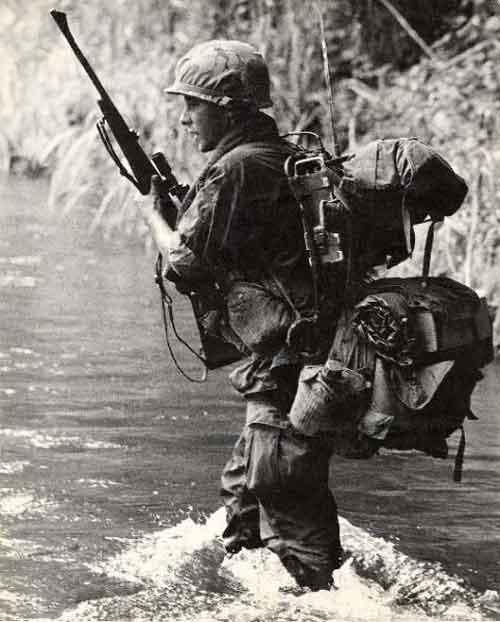 Personel US Army dengan Winchester M-70 di medan Vietnam.