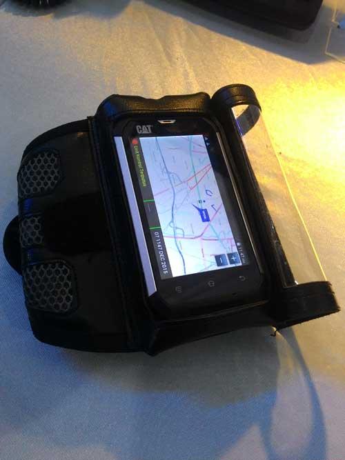 Smartphone Caterpillar B15Q dengan armband sebagai unit terminal BMS infanteri.