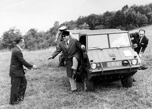 Presiden Soekarno saat menjajal Puch saat kunjungan ke Austria.