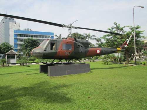 Bell 204B di Museum Satria Mandala, Jakarta.