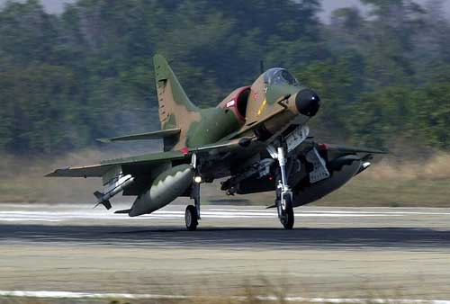 Singapura termasuk pengguna Skyhawk yang cukup sukses dengan mengembangkan varian A-4SU Super Skyhawk. Dilakukan penggantian mesin, sistem avionik, dan dapat meluncurkan rudal udara ke udara, dan udara ke permukaan.