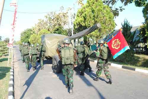 Prajurit Arhanud tengah mendorong S-60 T.AKT.