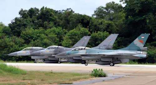F-16 TNI AU bersanding dengan F-16 RTAF dalam ajang latihan Elang Thainesia 2015.