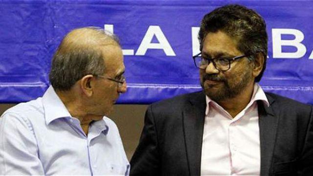 Humberto de la Calle e Iván Marquez, representantes del gobierno y de las FARC respectivamente, durante las negociaciones de paz con las FARC (EFE)