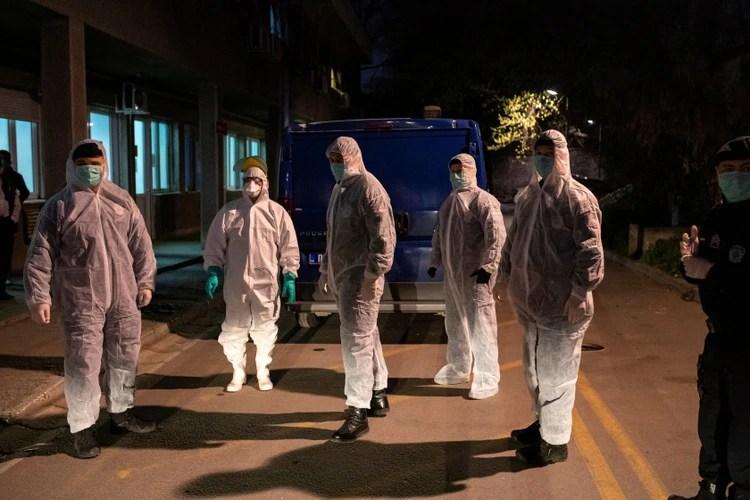 Oficiales de policía con trajes protectores se paran frente a la clínica de infección a medida que aumenta el número de casos de enfermedad por coronavirus (COVID-19) en todo el mundo, en Belgrado, Serbia (Reuters)