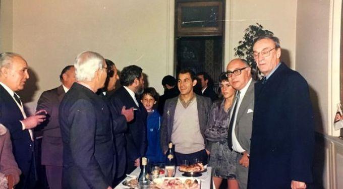 Inauguración del banco de Jorge Sivak. En la foto se ve a Antonio Carrizo, al ex ministro de Economía de Alfonsín, Bernardo Grinzpun, a Ricardo Bochini y también a Martín Sivak, cuando era un chico, entre su papá y el Bocha. (Foto: gentileza del autor del libro)