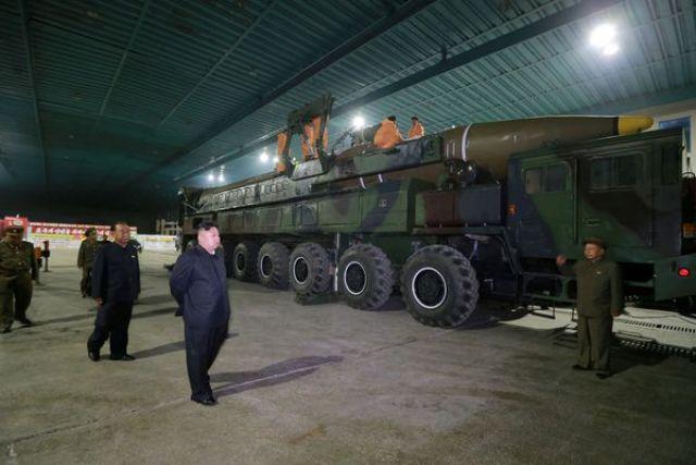 El joven dictador inspecciona el misil Hwasong-14. (Reuters archivo)