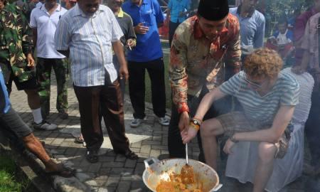 Dinas Kebudayaan dan Periwisata Kota Padang menggelar Festival Marandang Massal, Sabtu (13/12) yang bertempat di Ruang Terbuka Hijau Imam Bonjol, Kota Padang.