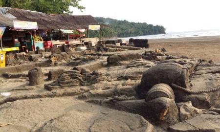 Kondisi objek wisata Batu Malin Kundang yang berada di Pantai Air Manis, Padang semakin memprihatinkan.