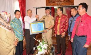 Sertifikat Adipura diterima oleh Walikota dan Wakil Walikota Padang