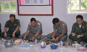 Walikota Sawahlunto Ali Yusuf bersama Wakil Walikota Ismed saat makan durian Kubang, Senin (18-01)