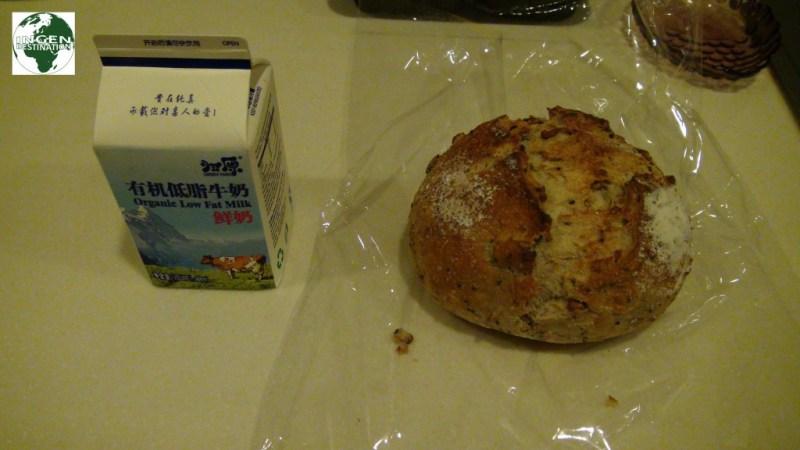 Indkøb til dagen efter, 36 kr. for et lille bitte bitte franskbrød, og 20.95 for 0,5 L. mælk!