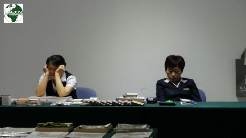 Ved et museum..En sædvanlig arbejdsdag..!! Det er helt almindeligt, at se kinesere sove alle steder.