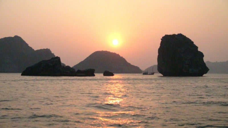 Solnedgang over Halong Bay