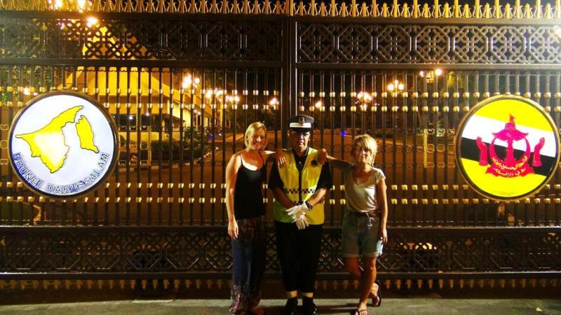 Foran porten til Sultans palads (det var faktisk vagten, der ville have os til at tage et billede med ham.