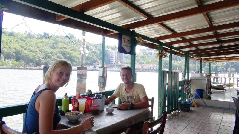 Morgenmad i landsbyen på stilke, Kampung Ayer