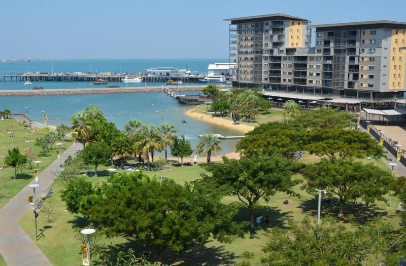 Stranden i parken, midt i Darwin.