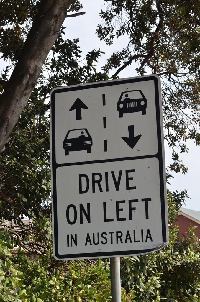Australierne påstår at de kører i den rigtige side af vejen, men hvorfor skal de så vise skilte der fortæller hvilken side du skal køre i ??