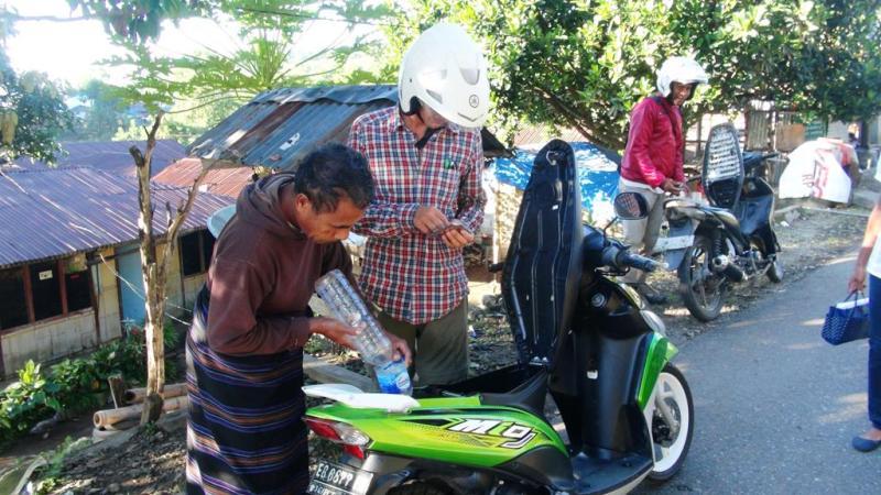 Køber benzin, 1 liter koster 10.000 rupiah (5 kr)