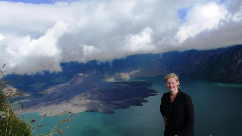 Kratersøen med en mindre vulkan i midten.