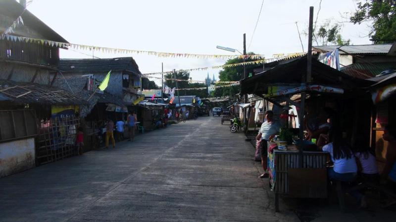 De små hyggelige gader i de mindre byer i Filippinerne.