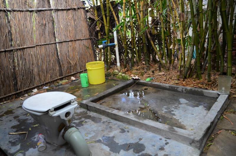 Vores toilet og bad.