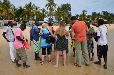Wimbe stranden var tom da vi stod af båden, men på få sekunder var vi omringet af sælgere, der solgte armbånd og halskæder