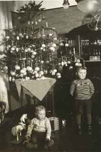 merry-christmas-unhappy-children-circa-1910